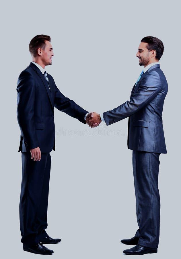 Geschäftsmann zwei, der die Hände, lokalisiert auf Weiß rüttelt lizenzfreies stockbild