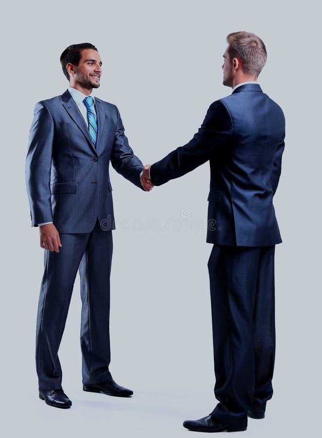 Geschäftsmann zwei, der die Hände, lokalisiert auf Weiß rüttelt lizenzfreie stockfotografie