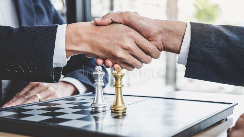 Geschäftsmann zwei, der Hände nach dem Ende spielt erreichenden Plan des Schachspiels für Erfolg, denkend rüttelt, Schwierigkeit  stockfotos