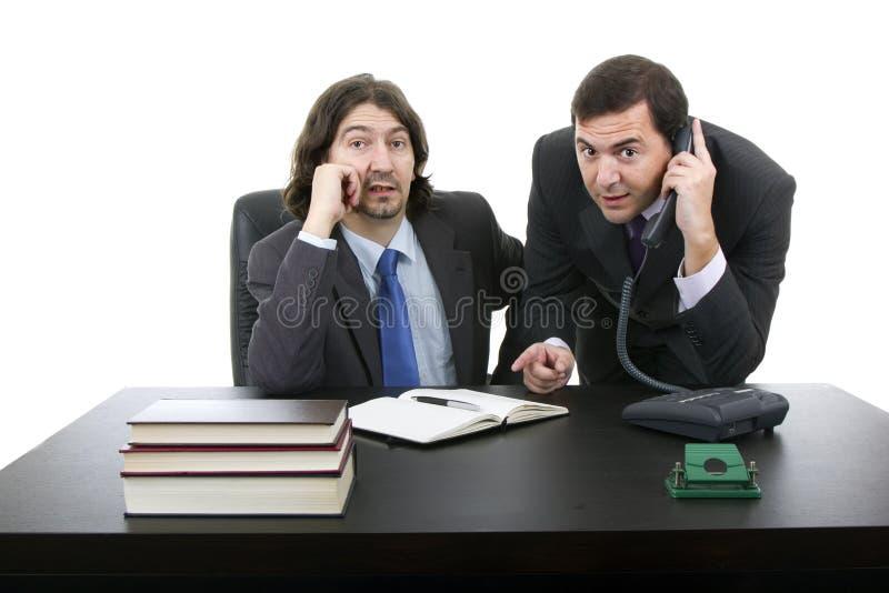Geschäftsmann zwei, der am Schreibtisch sitzt lizenzfreies stockbild