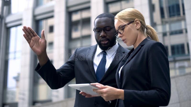 Geschäftsmann zwei, der Videokonferenz mit Kunden, on-line-Sitzung, Projekt hat lizenzfreie stockfotos