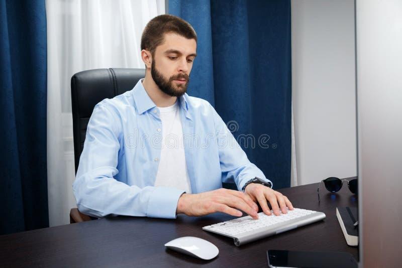 Geschäftsmannarbeiten lizenzfreies stockfoto
