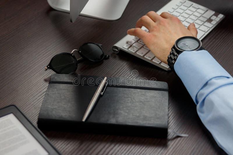 Geschäftsmannarbeiten lizenzfreie stockbilder