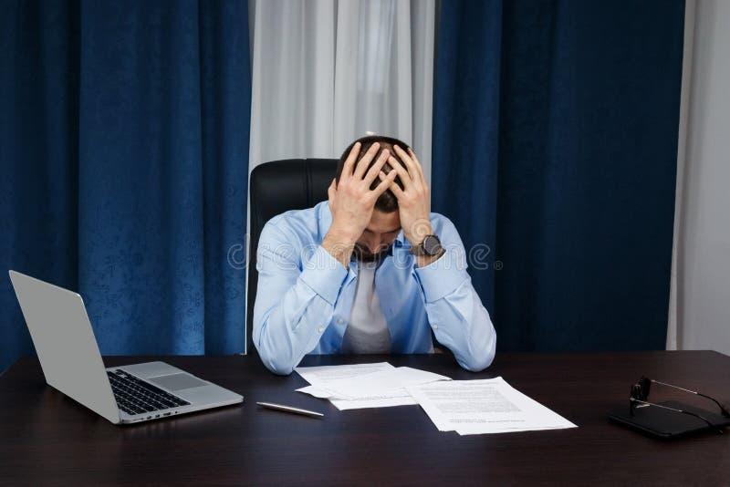 Geschäftsmannarbeiten lizenzfreie stockfotos