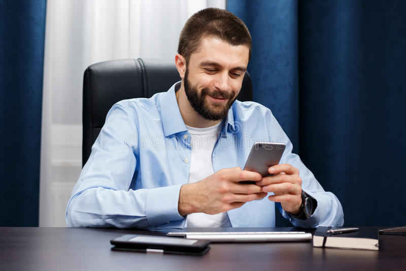 Geschäftsmannarbeiten lizenzfreies stockbild