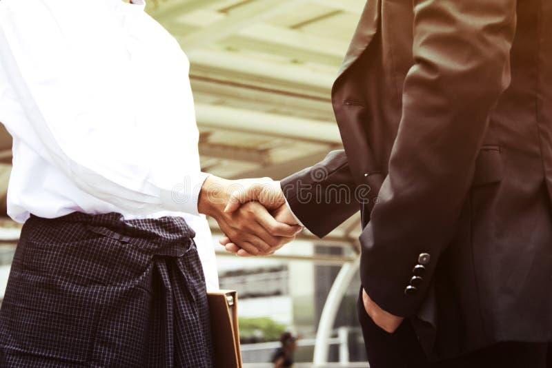 Geschäftsmannarbeitsshowhanderschütterungserfolg im Kopf lizenzfreie stockfotografie