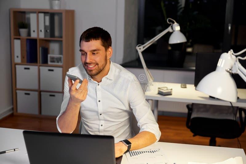 Geschäftsmannaufnahme-Sprachmitteilung auf Smartphone stockbilder