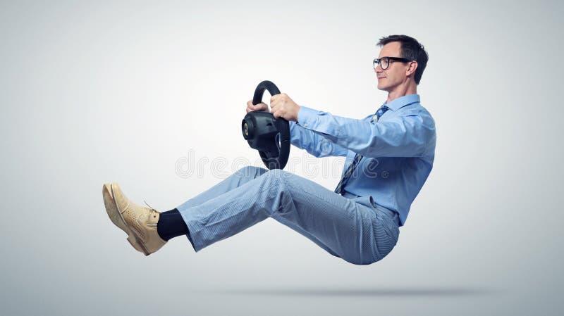 Geschäftsmannautofahrer in den Gläsern und Bindung mit einem Rad lizenzfreies stockfoto