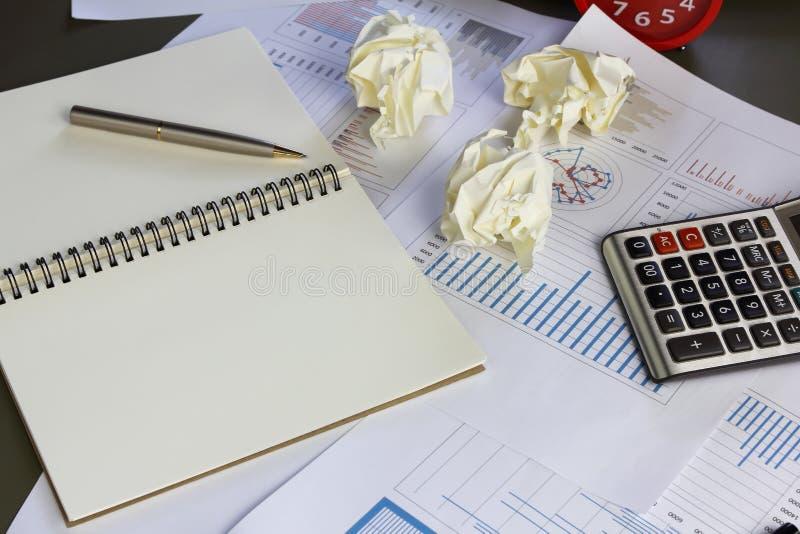 Geschäftsmannbüro bei der Arbeit, Dokumente zerreißend stockfoto