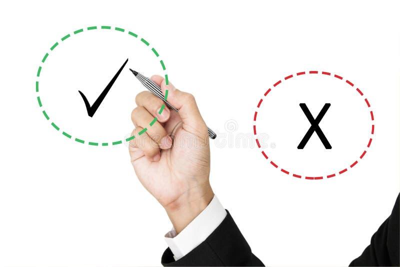 Geschäftsmannbehälter gewählt zwischen den korrekten und falschen Kennzeichen, lokalisiert auf weißem Hintergrund lizenzfreie stockbilder