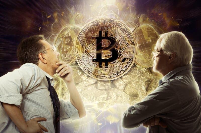 Geschäftsmannblick auf bitcoin Münze lizenzfreie stockfotografie