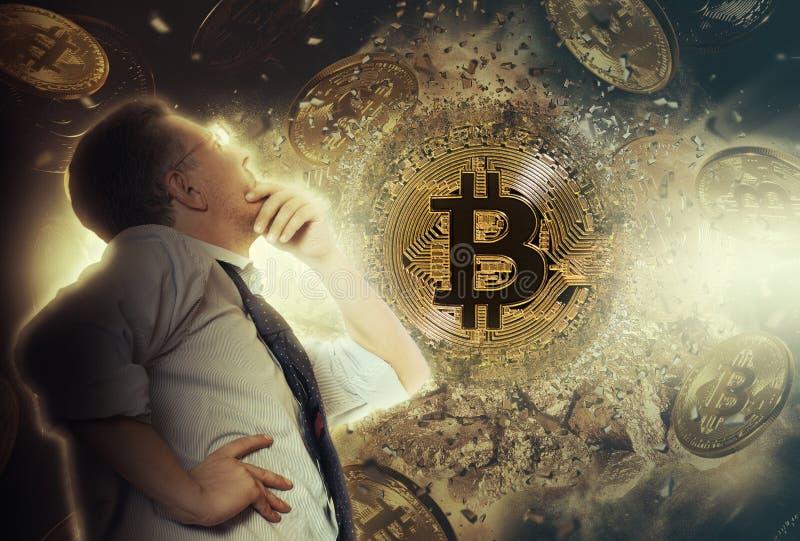 Geschäftsmannblick auf bitcoin Münze stockfotografie