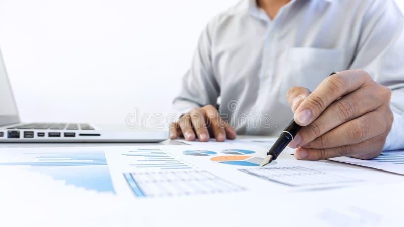 Geschäftsmannbuchhalterarbeitsrechnungsprüfung und Berechnung der Ausgabenflosse stockfotos