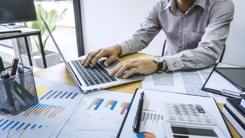 Geschäftsmannbuchhalterarbeitsrechnungsprüfung und Berechnung der Ausgabenflosse lizenzfreies stockbild