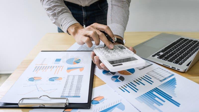 Geschäftsmannbuchhalterarbeitsrechnungsprüfung und Berechnung der Ausgabenflosse stockfoto
