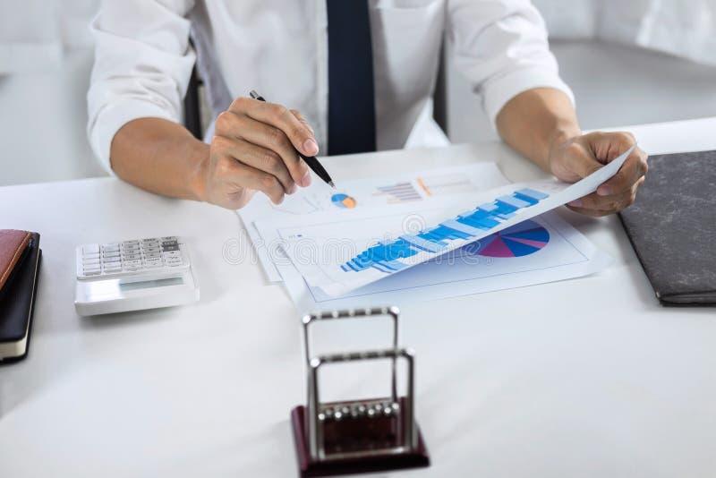 Geschäftsmannbuchhalterarbeitsrechnungsprüfung und Berechnung von Ausgabenfinanzdaten bezüglich der Diagrammdokumente, Finanzieru lizenzfreies stockfoto