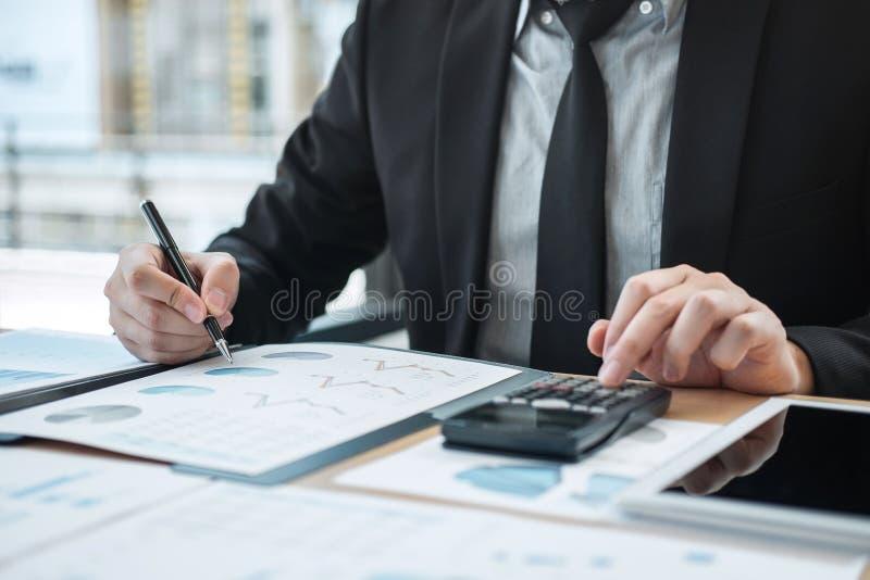 Geschäftsmannbuchhalterarbeitsrechnungsprüfung und Berechnung von Ausgabenfinanzdaten bezüglich der Diagrammdokumente, Finanzieru stockfotografie