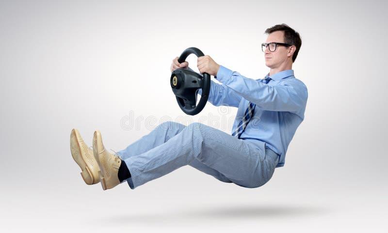 Geschäftsmannfahrer in den Gläsern und Bindung mit einem Rad lizenzfreies stockfoto