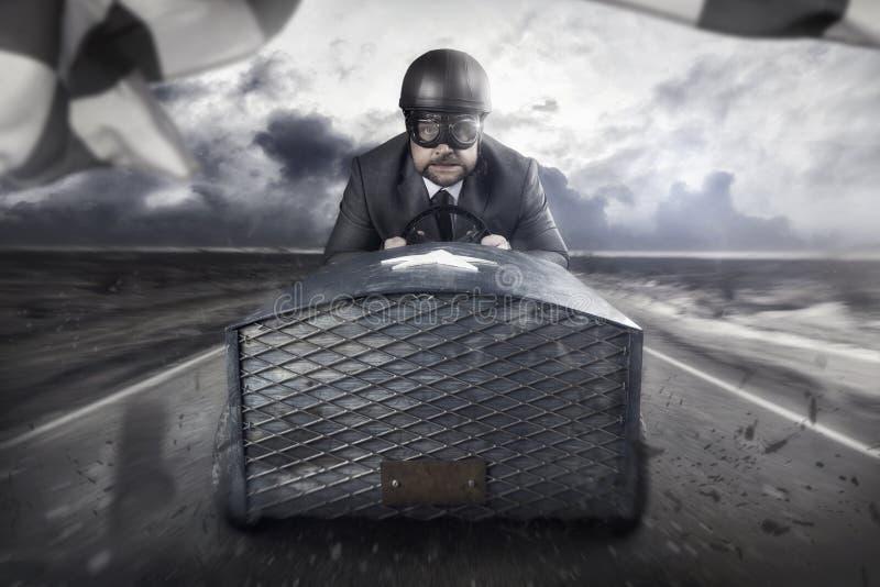 Geschäftsmannfliegen mit einem hölzernen Spielzeugflugzeug stockfotos