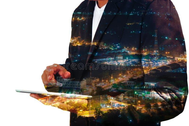 Geschäftsmanngebrauch Handy mit Stadt und Kommunikations-Antenne stockfoto