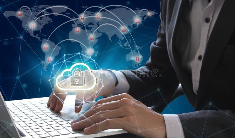 Geschäftsmanngebrauch Laptop und Smartphone mit dem Vorhängeschloß und Wolke technisch stockbilder