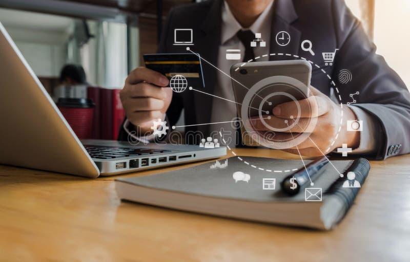 Geschäftsmanngebrauchskreditkarte zu online kaufen lizenzfreie stockbilder