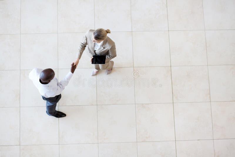 Geschäftsmanngeschäftsfrauhändedruck lizenzfreie stockfotos