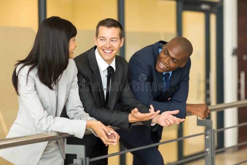 Geschäftsmanngesprächskollegen lizenzfreie stockbilder