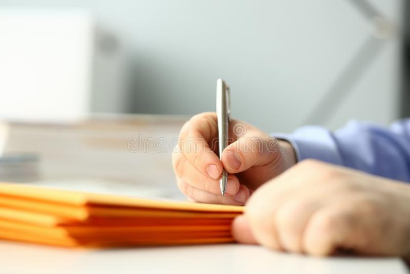 Geschäftsmanngriffhandsilberstift lizenzfreie stockbilder