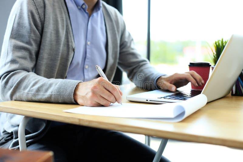 Geschäftsmannhände, die auf Geschäftsdokument zeigen nahaufnahme lizenzfreies stockbild