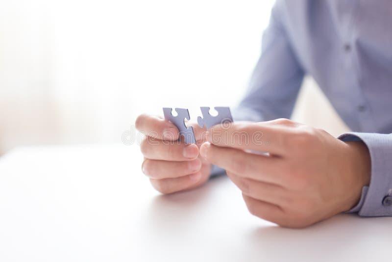 Geschäftsmannhände, die Puzzlen anschließen Geschäftslösungen, Erfolg und Strategie, Lernkonzept Schließen Sie herauf Foto stockbild