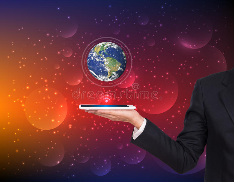 Geschäftsmannhände, die Tablette mit Erdplaneten halten lizenzfreies stockbild
