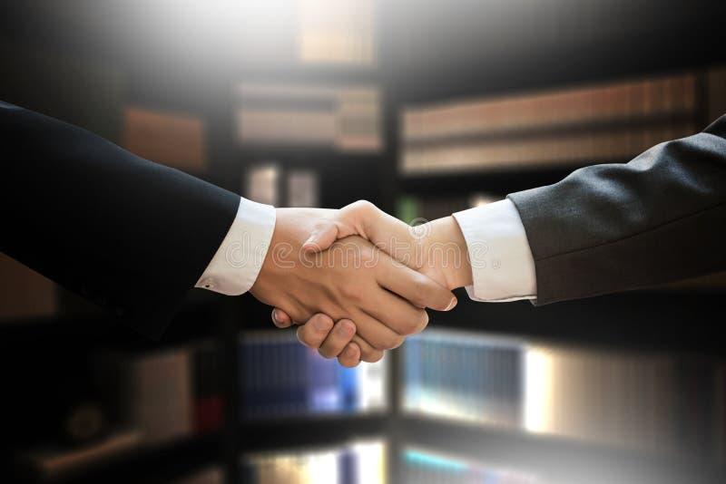 Geschäftsmannhändedruck Berufspersonengesellschaftssitzung stockfoto