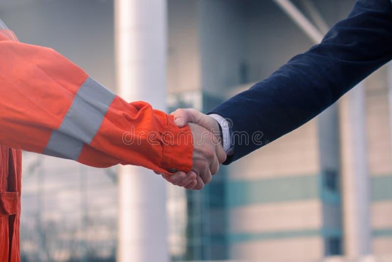 Geschäftsmannhändeschütteln mit Arbeitskraft stockbilder