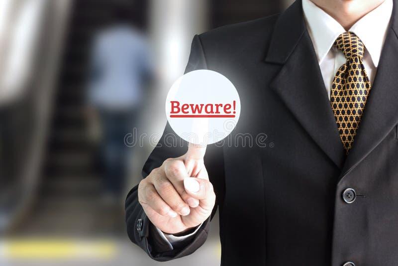 Geschäftsmannhand, die auf die Schirmtastatur vorsichtig zeigt lizenzfreie stockfotografie