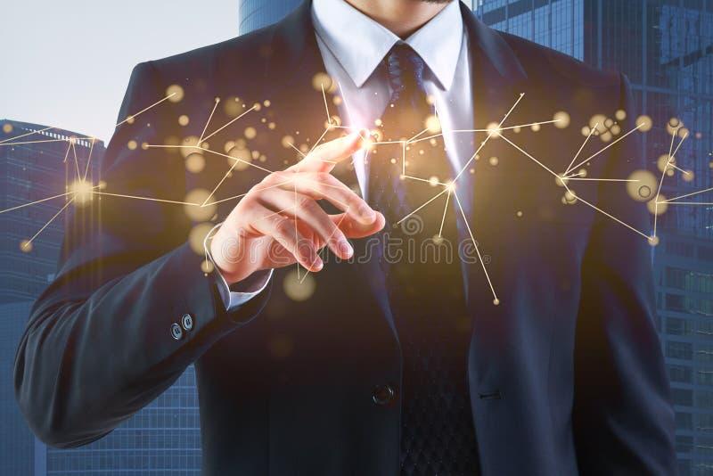 Geschäftsmannhand, die auf Hologramm zeigt stockbild