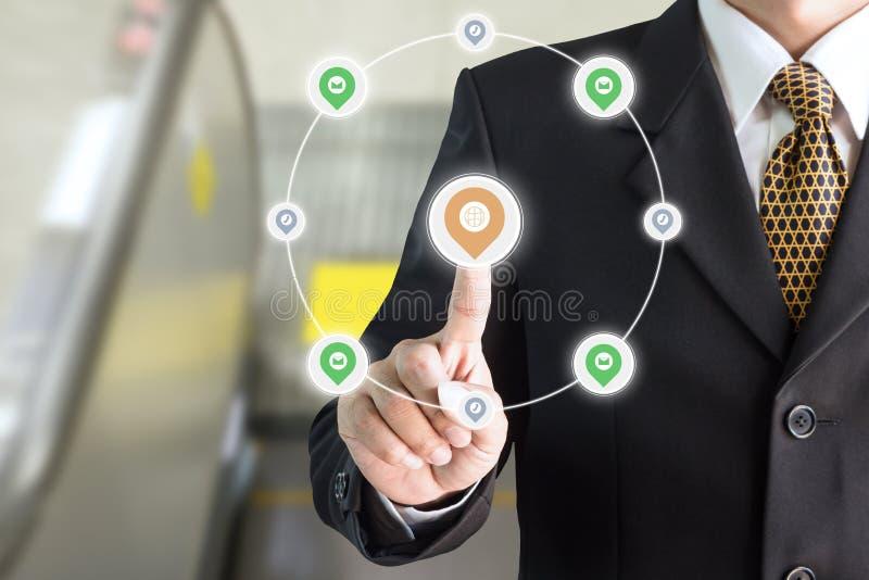 Geschäftsmannhand, die auf Schirmtastatur Kommunikationssysteme zeigt lizenzfreies stockbild