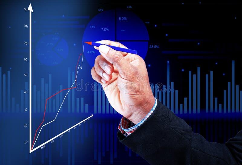 Geschäftsmannhand, die ein Diagramm zeichnet lizenzfreie stockfotos