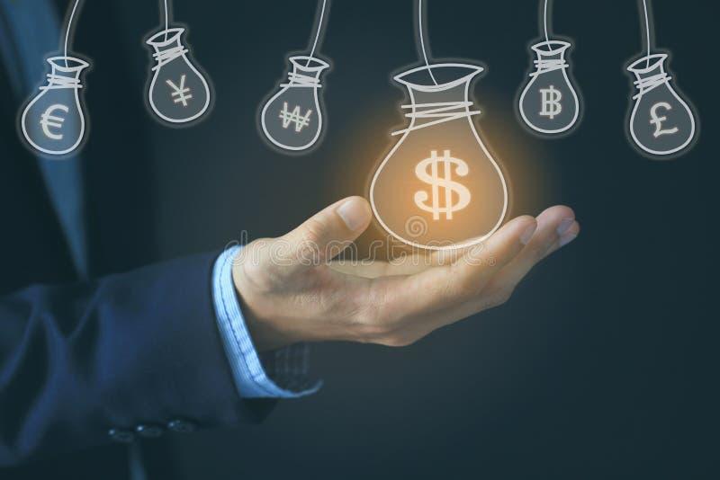 Geschäftsmannhand, die Geldtasche mit Hologramm auf dunklem backgro hält stockbild