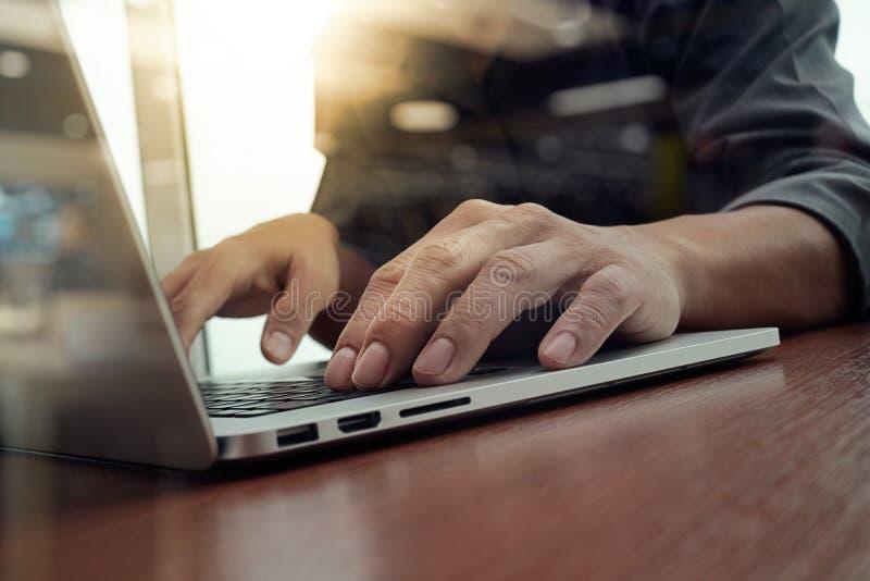 Geschäftsmannhand, die an Laptop-Computer arbeitet lizenzfreies stockbild