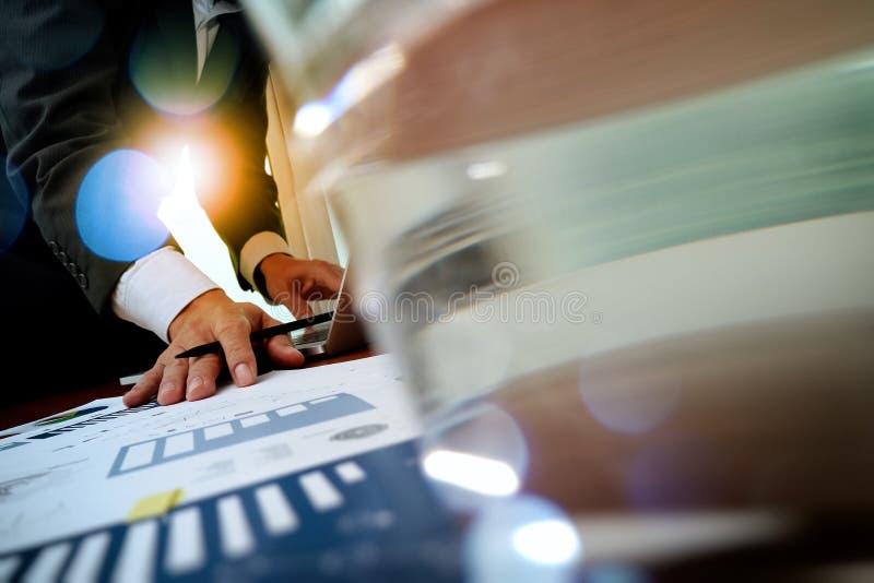 Geschäftsmannhand, die an Laptop-Computer mit Geschäftsdiagramm arbeitet lizenzfreies stockfoto