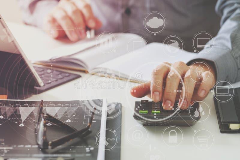 Geschäftsmannhand, die mit Finanzen über Kosten und Taschenrechner arbeitet lizenzfreie abbildung