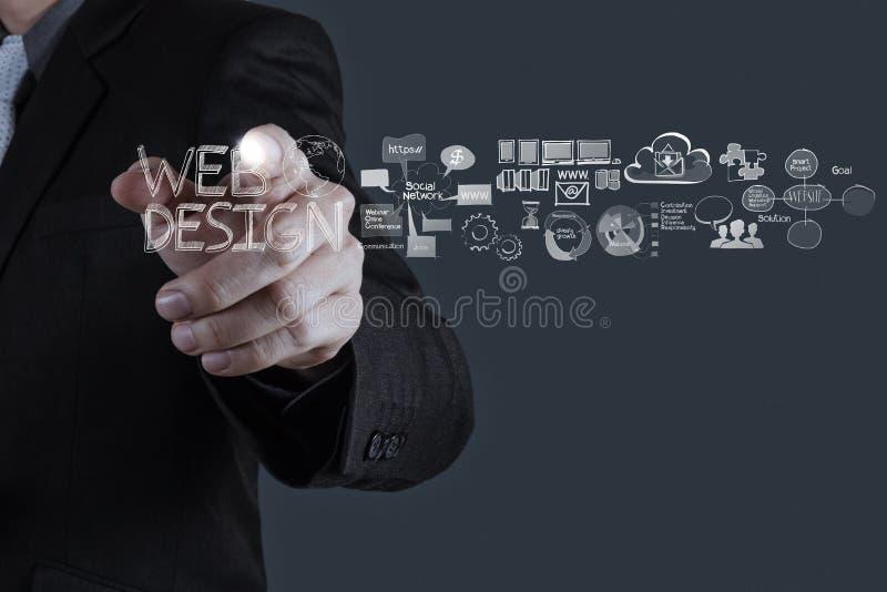 Geschäftsmannhand, die mit Webdesigndiagramm arbeitet stockbilder