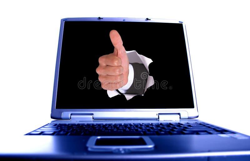 Geschäftsmannhand im Loch auf Laptop lizenzfreies stockfoto