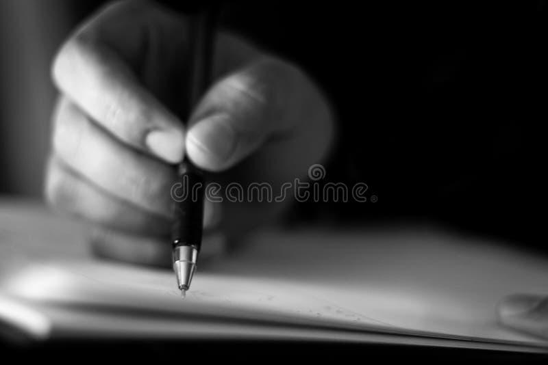 Geschäftsmannhand mit Stift stockfoto