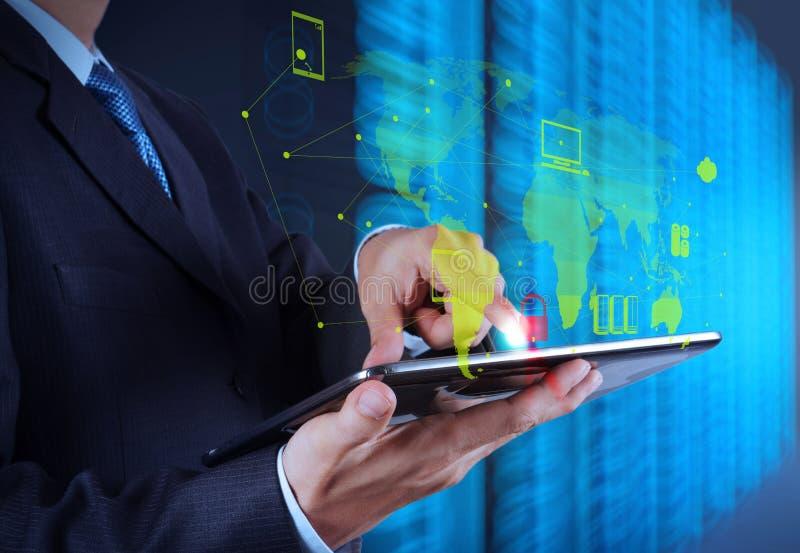 Geschäftsmannhand unter Verwendung des Tablet-Computers stockfotografie