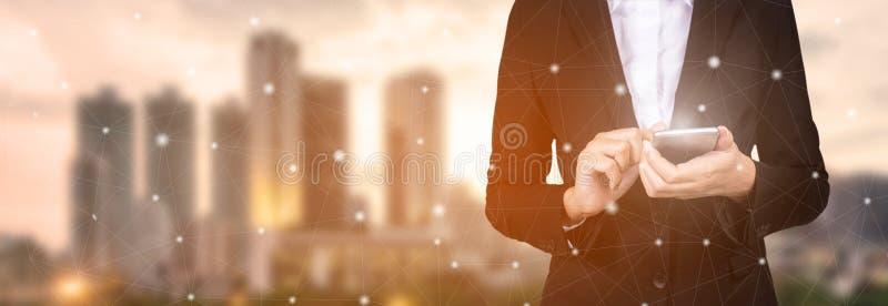 Geschäftsmannhand unter Verwendung Handy und Punkte on-line--communicatio stockfoto