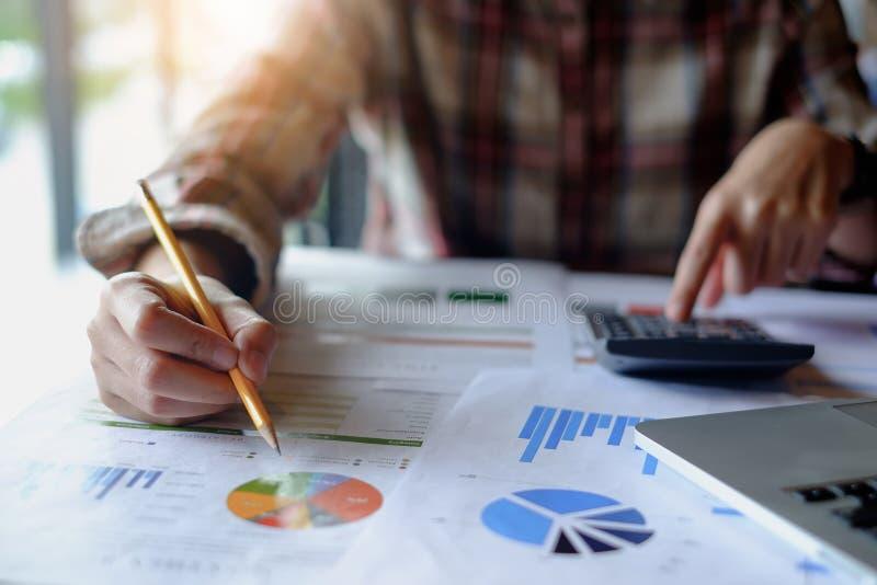 Geschäftsmannhandbehälterfunktion auf Taschenrechner und Finanzschreibarbeit Konto und Rettungskonzept stockfoto