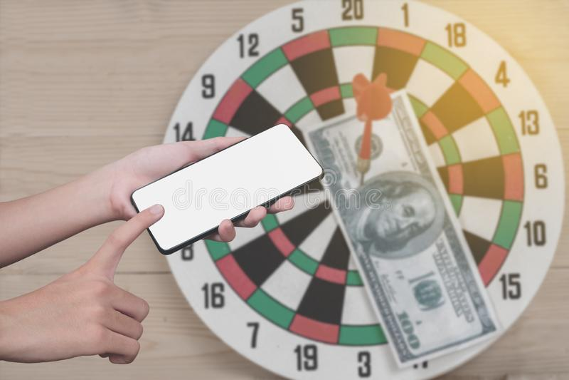 Geschäftsmannhandgriff- und -touch Screen intelligentes Telefon oder Mobiltelefon an stockfotos