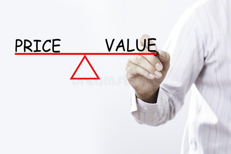 Geschäftsmannhandzeichnung Preis und Wert balancieren - das conc Geschäft lizenzfreies stockfoto